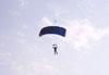 Pára-quedista da equipe Skydive Araraquara durante o vôo.