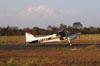 Cessna 180B, PT-KXT, do comandante Costa, taxiando em direção à pista.