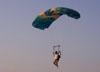 Rogério, pára-quedista da equipe Skydive Araraquara, chegando para o pouso.