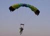 Pára-quedista da equipe Skydive Araraquara no momento do pouso.