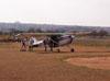Pára-quedistas da equipe Skydive Araraquara embarcando no Cessna 180B, PT-KXT, do comandante Costa.