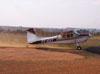 Taxiamento do Cessna 180B, PT-KXT, do comandante Costa, usado para o lançamento e pára-quedistas.