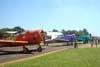 Aviões da Esquadrilha OI: Da esquerda para a direita, o North American T-6D, PT-LDO, aeronave número 3, North American T-6D, PT-LDQ, aeronave número 2, e o North American T-6D, PT-KRC, aeronave número 1. Como é bom ver o público em contato com os aviões! Hoje em dia, parece que avião e público não combinam, mas é nesse tipo de contato responsável que nascem novos pilotos. Foto: João Thiago Domingues.