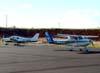 À esquerda, o Piper/Neiva EMB-712 Tupi, PT-NXW, da Mariano Escola de Aviação, taxiando no pátio do Daesp, e à direita, o Cessna 152, PR-EJC, da EJ Escola de Aviação Civil, taxiando em direção à pista 02/20. (13/03/2008)