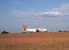 Airbus A320-232, (PR-MAE), da TAM, desacelerando na pista após o pouso.