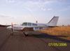 Beechcraft Baron 95-55, (PT-BPI), estacionado no pátio da aviação geral.