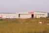 Pátio e hangar de manutenção da TAM. (Veja um Airbus 320 e um Fokker 100 estacionados.)