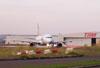 Airbus 320-232 (PR-MAE), taxiando em frente ao Centro Tecnológico da TAM.