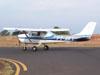 Cessna 150J, PT-AKY, da Mariano Escola de Aviação, taxiando no pátio da aviação geral. (02/09/2006)