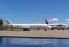 À partir da esquerda, o Fokker 100 PT-MQP, ex-TAM, aguardando a devolução para o arrendador, e o Airbus A-320-214 PR-MHM, logo após a chegada da fábrica, em Toulouse, França, aguardando a liberação da ANAC para entrar na malha da companhia paulista, estacionados no pátio do Centro Tecnológico da TAM. (05/09/2007)
