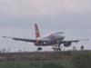 Airbus A319-132, PR-MAL, da TAM, pouco antes de tocar na pista 02/20. (12/10/2006)