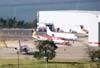 Vista do pátio da TAM, onde vê-se três Fokker 100 da Ocean Air e um Fokker 100 ex-TAM (branco), aguardando a devolução para o arrendador. (31/08/2007)