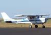 Cessna 150J, PT-AKY, da Mariano Escola de Aviação, entrando no pátio da aviação geral. (18/08/2007)