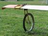 Roda colocada para levantar a ponta da asa de um planador.