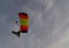 Pára-quedista voando com a bandeira do Brasil. Foto: Sandro Rocha - sandro@anjodaguardafest.com.br