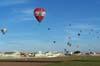 Balões Fiesta (maiores, à esquerda - são diferenciados pela forma habitual) iniciando o vôo enquanto os participantes da competição se aproximam do alvo. (23/06/2007)