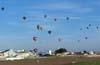 Balões voando para cumprir a penúltima prova do 1° Open Brasil de Balonismo. (23/06/2007)
