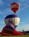 Balões iniciando a decolagem, enquanto outro ainda é inflado no solo. (23/06/2007)