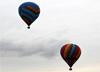 Balões fiesta sobrevoando Rio Claro (SP). (25/07/2014)