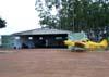 Um dos hangares do aeroporto de Batatais e o Piper PA-25-235 Pawnee, PT-OXV, da Agroteles Aviação Agrícola.