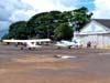 Aeronaves do Aeroclube de Batatais estacionados no pátio em frente ao hangar de manutenção da instituição.