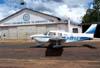 Piper/Neiva EMB-712 Tupi, PT-VFH, do Aeroclube de Batatais, estacionado no pátio em frente ao hangar de manutenção da instituição.