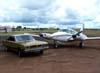 Volta ao passado: Dodge Charger R/T em frente ao Piper PA-30 Twin Comanche, PT-CVP.