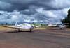 A partir da esquerda, o Piper/Neiva EMB-711C Corisco, PT-NJL, e o Cessna 172E, PT-CDO, com a pintura da Air France na cauda, aeronave utilizada na gravação do último capítulo da novela Roque Santeiro, da Rede Globo, em 1986.