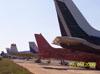 Vista de caudas de aeronaves estacionadas no pátio Charlie.