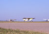 P56C-1 Paulistinha, PP-HLV, correndo para decolar e outros dois Paulistinhas na taxiway, todos do Aero-clube de Bragança Paulista.