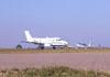 EMB-110 Bandeirante, PT-EDO, da Extreme Táxi Aéreo, correndo para decolar, e um Cirrus SR-22 na taxiway.