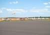 Aeronaves estacionadas ao lado do pátio da aviação geral.