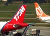 Caudas dos aviões Airbus A321-231, prefixo PT-MXH, da TAM (esquerda) e Boeing 737-8EH (SFP), PR-GTK, da GOL (direita). (04/07/2013)