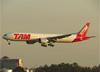 Boeing 777-32WER, PT-MUA, da TAM. (28/08/2013)