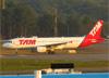 Airbus A320-214, PR-MHW, da TAM. (28/08/2013)
