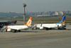 Boeing 737-76N, PR-GIH, da GOL, a esquerda, e Boeing 737-8EH, PR-VBK, da Varig. (01/07/2011)