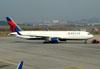 Boeing 767-332ER, N1610D, da Delta. (01/07/2011)
