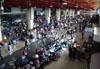 Passageiros perdendo tempo nas imensas e lentas filas do superlotado aeroporto de Cumbica. (01/07/2011)