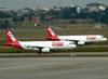 Airbus A320-232, PR-MAY, a esquerda, e PR-MAZ, da TAM. (01/07/2011)