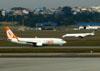A partir da esquerda o Boeing 737-8EH, PR-GGT, da GOL, e o Embraer ERJ 145LU, PR-PSK, da Passaredo. (01/07/2011)