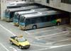 Ônibus usados para o transporte de passageiros para as posições remotas. (06/07/2008)