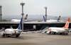 Aviões estacionados em posições remotas. (06/07/2008)