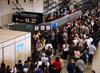 Passageiros perdendo tempo nas imensas e lentas filas do superlotado aeroporto de Cumbica. (09/07/2011)