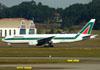 Boeing 777-243ER, I-DISB, da Alitalia. (09/07/2011)