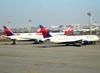 Boeing 767-432ER, N829MH (esquerda) e Boeing 767-3P6ER, N152DL, ambos da Delta. (16/06/2011)