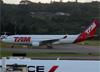 Airbus A330-223, PT-MVN, da TAM. (19/12/2013)