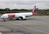 Boeing 777-32WER, PT-MUJ, da TAM. (19/12/2013)