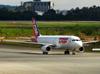 Airbus A320-214, PR-MHM, da TAM. (21/04/2013)