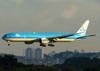 Boeing 777-306ER, PH-BVF, da KLM, se aproximando para pousar no aeroporto de Cumbica, em Guarulhos. (21/04/2013)