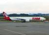 Boeing 777-32WER, PT-MUA, da TAM. (21/04/2013)